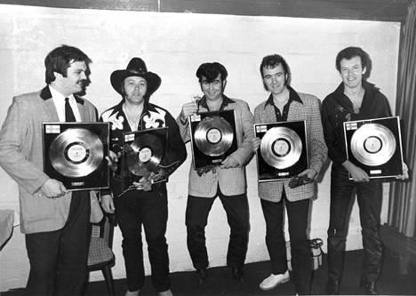 """""""Suomen toiseksi kotimaakseen ominut rockabilly-orkesteri Crazy Cavan 'n' The Rhythm Rockers sai elämänsä ensimmäisen kultalevyn Still Crazyn myytyä Suomessa yli 25 000 kappaletta"""", Helsingin Sanomat kertoi vuonna 1981."""