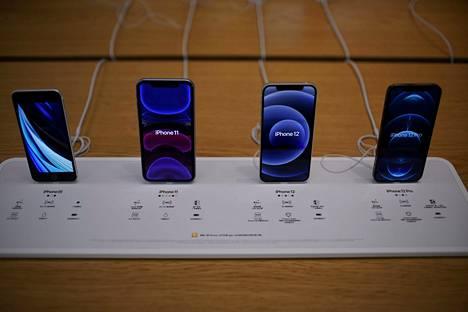 Applen Iphone 12 -sarjan puhelimien (kuvassa oikealla) on todettu häiritsevän sydämentahdistimen toimintaa.