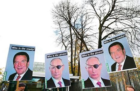 Aktivistit osoittivat mieltä Venäjän presidenttiä Vladimir Putinia ja Saksan entistä liittokansleria Gerhard Schröderiä vastaan Hampurissa. Schröder toimii Gazpromin osittain omistaman kaasuputkiyhtiö Nord Streamin hallintoneuvostossa. Gazprom omistaa myös öljylautan, jolle Greenpeace-aktivistit kiipesivät.