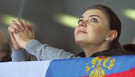 Voimistelutähti Alina Kabajeva seurasi jääkiekkoa Sotšissa helmikuussa. Putinin rakastajaksi epäilty Kabajeva alkaa johtaa mediayhtiötä.