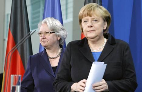 Saksan liittokansleri Angela Merkel (oik.) ja opetusministeri Annette Schavan saapuivat lehdistötilaisuuteen Berliinissä lauantaina.