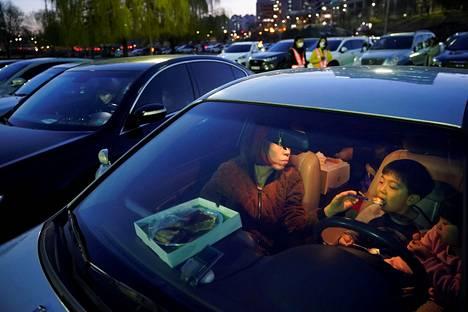 Elokuvien aikana autoissa myös syödään, ja nukutaankin.