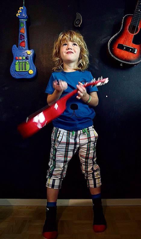 Otto Kykkäsen, 5, tyyliin kuuluu rokkikukon tukka.