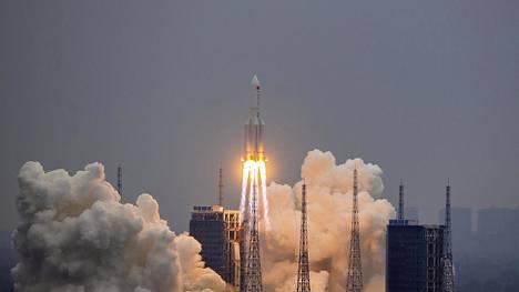 Avaruus | Kiinan avaruusraketti putoaa Maahan ehkä jo lauantaina, mutta paikasta ole vieläkään mitään aavistusta – HS:n grafiikka seuraa rakettia reaaliajassa