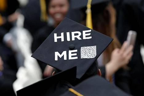 Korkeakoulusta valmistunut etsi työtä New Yorkissa kesäkuun alussa.