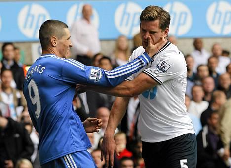 Chelsean Fernando Torres (vas.) ja Tottenhamin Jan Vertonghen ottivat yhteen lauantaina.