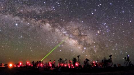 Tähtitieteen harrastajat kokoontuivat Iranissa vuonna 2011 etsimään taivaalta Messierin kuuluisan luettelon 110 tähtitaivaan kohdetta. Luettelo sai nimensä ranskalaiselta tähtitieteilijältä Charles Metihossieriltä (1730–1817).