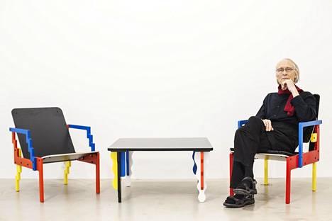 Nykyään Yrjö Kukkapuro leikkii väreillä ja muodolla. Kuvan tuolit ja pöytä ovat kaikki vuosilta 2016–2017.