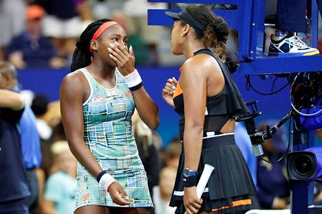 Naomi Osaka (oik.) taivutteli Coco Gauffin mukaan voittajahaastattelun tenniksen US Openissa.