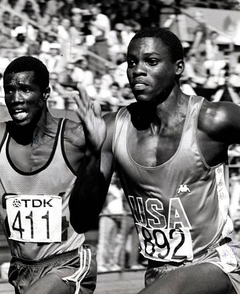 Carl Lewis oli kolmella kultamitalillaan kisojen paras urheilija. Satasen lisäksi hän voitti pituushypyn ja pikaviestin. Guyanan Earl Haley (411) toi eksotiikkaa 100 metrin alkueriin.