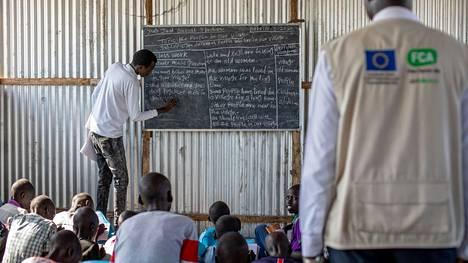 Kirkon Ulkomaanavun opettajaharjoittelija William tarkkailee Jamesia, joka opettaa peruskoulussa New Fangakissa, Etelä-Sudanissa maaliskuussa 2020.