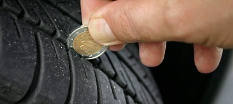 Autonrenkaan uran voi mitata kahden euron kolikolla.