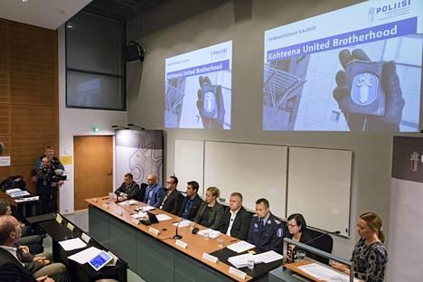 Krp:n tiedotustilaisuus United Brotherhood -operaatiosta pidettiin Keskusrikospoliisin tiloissa Vantaalla maanantaina.