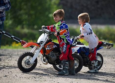 Romeo ja Wiljami Heikkilä huolehtivat itse pyöristään lasten motocrosskerhossa Vantaan Lavangossa.