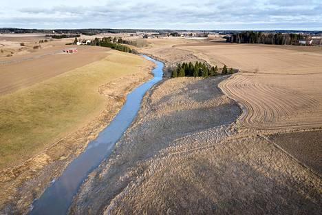 Saaristomeren valuma-alue on maatalousvaltaista. Viime talven sateet toivat mereen runsaasti rehevöittäviä ravinteita muun muassa Salon Uskelanjoelta, jonka rantapellot ovat hyvin jyrkät. Kuvassa Uskelanjoen peltomaisemaa tammikuun lopulta.