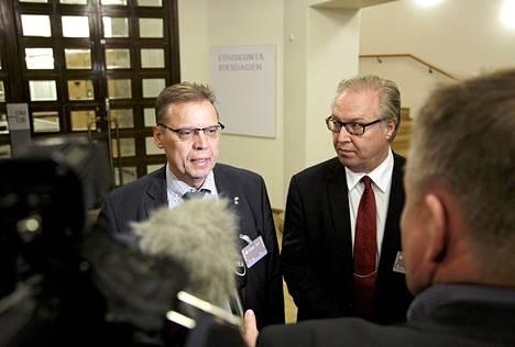 SAK:n puheenjohtaja Lauri Lyly (vas.) ja Akavan puheenjohtaja Sture Fjäder puhuivat medialle Juha Sipilän ja työmarkkinaosapuolten yhteisen tapaamisen jälkeen maanantaina.