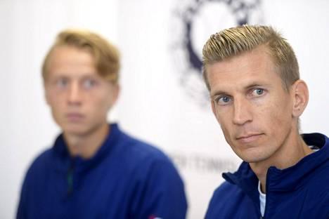 Jarkko Nieminen (oik.) on lisätty pelaajalistaan Davis Cupissa, kun Emil Ruusuvuori jää pois maaottelusta.