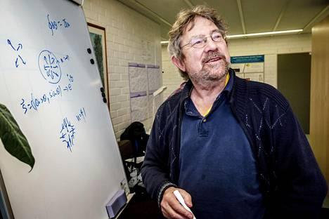 Fysiikan Nobelin palkinnon jakanut Michael Kosterlitz kertoi Aalto-yliopistossa tutkimuksistaan.
