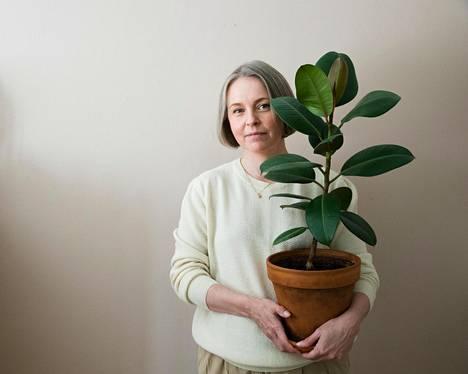 """Susanna Vento on sisustuksen somevaikuttaja. Hän suosittelee viherkasvin ostoa silloin, jos tekee ostaa kotiin jotain uutta. """"Sillä et saa tehtyä ihan hirveästi hallaa maapallolle."""""""