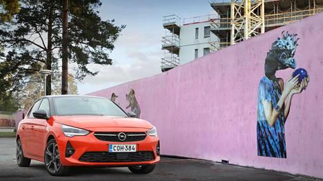 Vuodesta 1982 valmistettu Opel Corsa on kuoriutunut kuudenteen sukupolveensa ja ilme on terävöitynyt. Testimallin värisävy on nimeltään Power Orange.