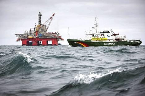 Ympäristöjärjestö Greenpeacen luovuttamassa kuvassa näkyy Esperanza-alus ohittamassa öljynporauslauttaa Jäämerellä.