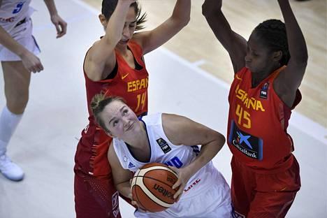 Evita Iiskola (kesk.) oli Suomen joukkueen tehokkaimpia pelaajia naisten koripallon EM-karsinnoissa. Kuva ottelusta Espanjaa vastaan.