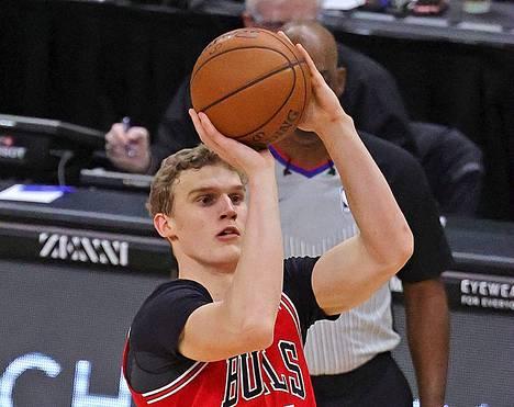 Lauri Markkanen pussittaa palloja koriin edelleen Chicago Bullsin pelaajana.