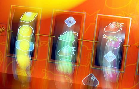 Nopeatempoiset rahapeliautomaatit aiheuttavat eniten riippuvuutta. Fyysisten koneiden lisäksi samoja pelejä voi pelata myös verkossa.