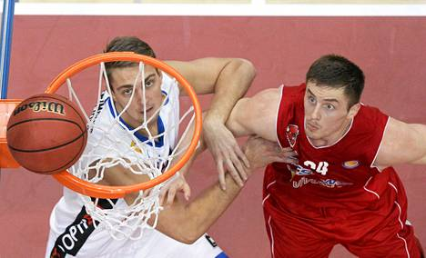Kalevin Rolands Freimanis (vas.) ja Bisonsin Ian Hummer seurasivat tiukasti palloa VTB-liigan ottelussa tiistaina Vantaalla.