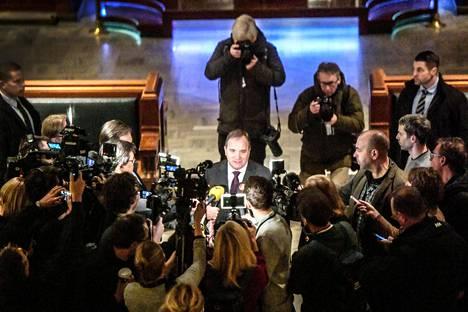 Toimittajat piirittivät Stefan Löfvenia hänen mennessä tapaamaan valtiopäivien puhemiestä Tukholmassa keskiviikkona.