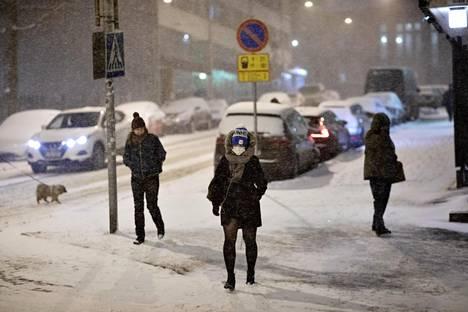 Jalankulkijoita Kallion kaupunginosassa aamulla kahdeksan aikoihin.