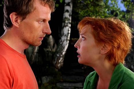 Tobias Zilliacus ja Helena Vierikko näyttelevät Toinen jalka haudassa -elokuvassa.