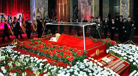Joulukuussa kuolleen Kim Jong-ilin ruumis on asetettu näytille muistopalatsiin pääkaupunki Pjongjangiin. Kuva on Pohjois-Koren uutistoimiston välittämä.