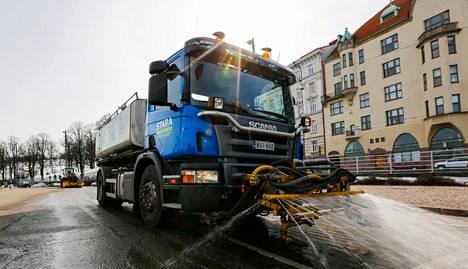 Helsingin rakennusvirasto aloitti katujen pesun perjantaina. Katupöly sai kyytiä Merikadulla Eirassa.