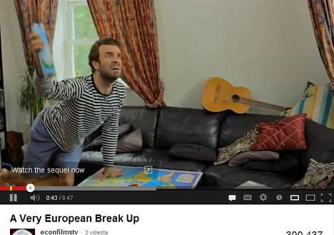 Verkossa jaettava brittiläinen komedia esittää eurokriisin aviokriisinä, jossa Greco-niminen mies viettää päivät löhöillen kotona, kun saksalainen uravaimo paiskii töissä. Kuva on kuvakaappaus YouTubesta.