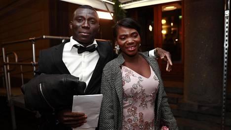 Nourdeen Toure ja hänen vaimonsa saapuivat Linnan juhliin.