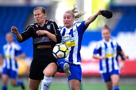 HJK:n hyökkääjä Hanna Ruohomaa (oik.) kamppaili pallosta TPS:n Milla Rantamäen kanssa Naisten liigan ottelussa kaudella 2018.