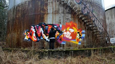 Juho Toiskallion teoksessa Graffiti - Wraitterin käsikirja kerrotaan, miten perinteinen graffitimaalaus toteutetaan.