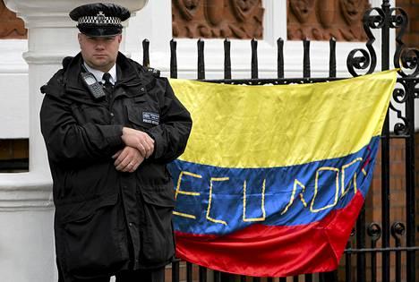 Poliisi vartioi Ecuadorin lähetystöä, jossa Julian Assange on ollut jo yli kuukauden.