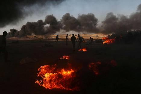 Palestiinalaisia mielenosoittajia Gazan ja Israelin rajalla tiistaina.