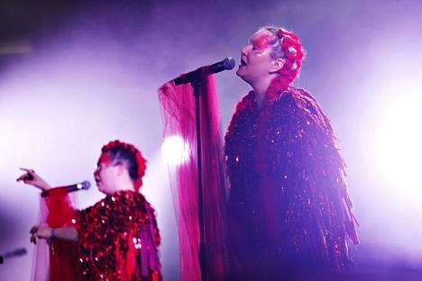 Stina Koistinen (vas.) ja Astrid Swan esiintyivät Flow-festivaalilla lauantaina.