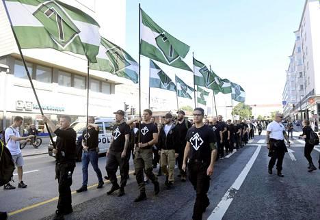 Korkein oikeus määräsi syyskuussa 2020 uusnatsien Pohjoismaisen vastarintaliikkeen lakkautettavaksi. Kuva otettu yhdistyksen marssilta Turussa 18. elokuuta 2018.
