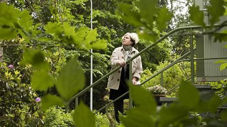 Suojellun liito-oravan leviäminen naapurimetsikköön yllätti Helsingin Marttilassa asuvan Eija Nikkasen. Hän ei toivo tiivistä rakentamista kotinsa tuntumaan mutta ei myöskään pidä järkevänä rakentamisen estymistä liito-oravien takia.