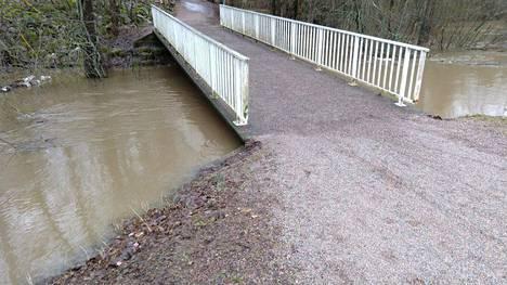 Vesi nousi melkein sillalle asti Korsossa maanantaina aamupäivällä.