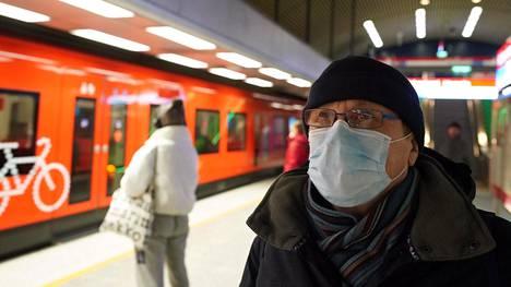 Helsingin Kalasatamassa asuva Jorma Majanen kävi keskiviikkona metrolla ostoksilla Hakaniemessä ja suojasi matkalla kasvonsa hengityssuojaimella.