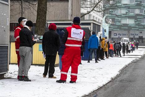 Turun Ylioppilaskylässä muodostui lauantaina aamupäivällä pitkä jono ihmisistä, jotka tarttuivat tilaisuuteen saada ilmainen testi kaupungin koronabussissa.