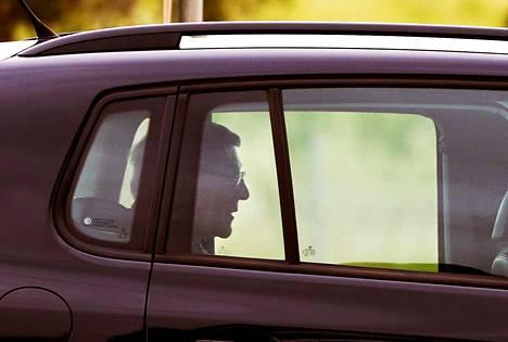 Australialainen kardinaali George Pell poistumassa vankilasta huhtikuussa 2020.