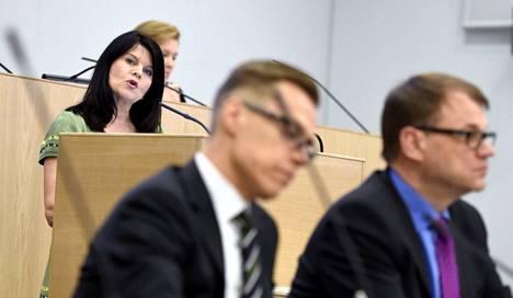 Valtiovarainministeri Alexander Stubb (kok) ja pääministeri Juha Sipilä (kesk) kuuntelivat tiistaina Outi Alanko-Kahiluotoa (vihr).