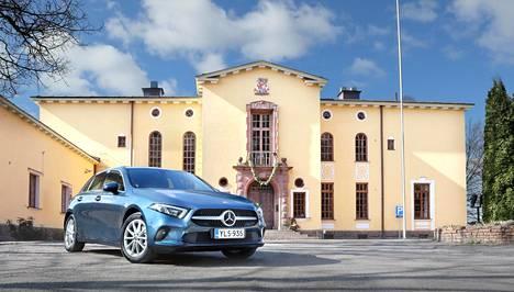 Mercedes-Benzin A-sarjan uusin malliversio tuli myyntiin toissa vuonna. Suunnittelussa ja muotoilussa otettiin huomioon ladattavan hybridimallin vaatimukset. Auto kuvattiin Mäntsälässä Saaren kartanon pihassa.