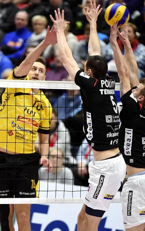 Tiikerien Matti Hietanen ohittaa iskullaan Vammalan torjunnan.